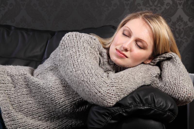 уснувшая красивейшая белокурая серая женщина свитера knit стоковое изображение rf