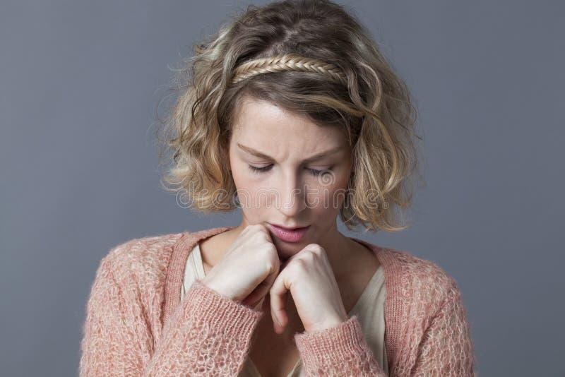 Усомнитесь и потревожьтесь концепция для несчастной женщины 20s стоковое фото rf