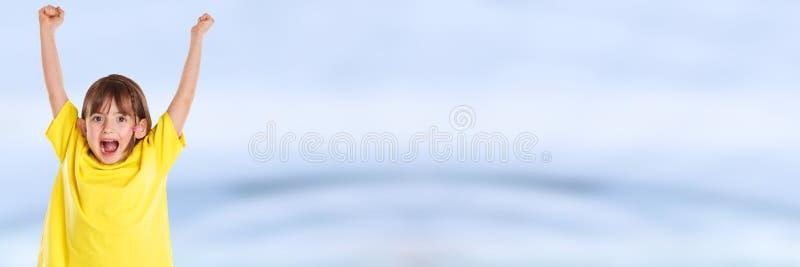 Успеха счастья девушки ребенк ребенка потеха счастливого успешная хорошая скача молодое знамя copyspace стоковое изображение rf
