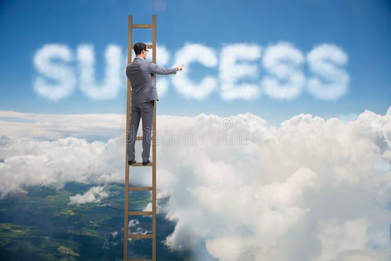 Успех бизнесмена достигая с лестницей карьеры стоковое фото rf