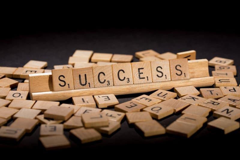 Успех сказанный по буквам вне в письмах скрэббл стоковое фото