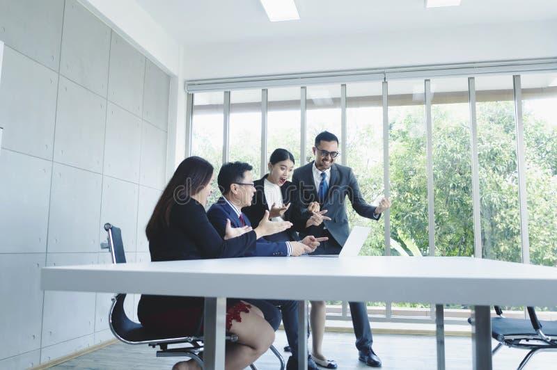 Успешная бизнес-группа празднуя на конференц-зале с n стоковое фото