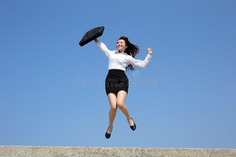 Успешная бизнес-леди скачет стоковое фото