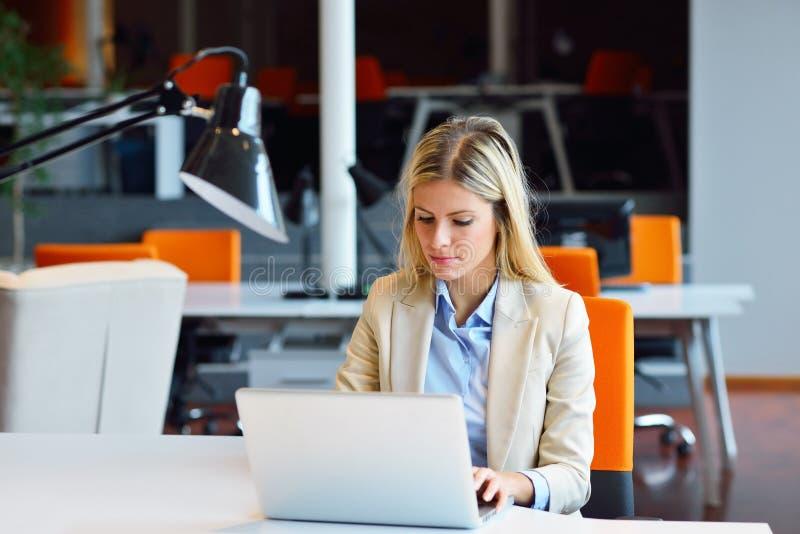 Успешная бизнес-леди и человек работая на офисе стоковое изображение