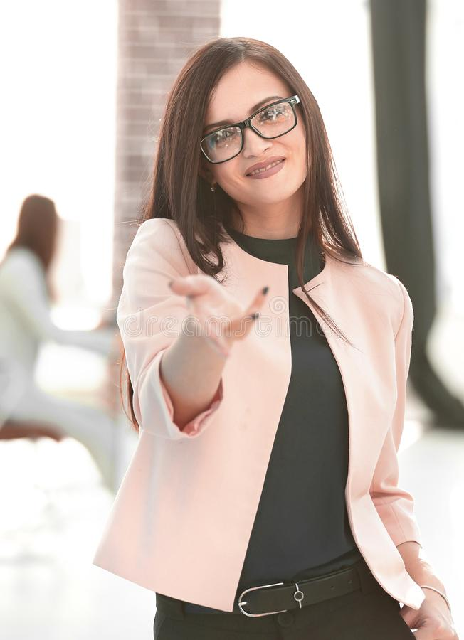 Успешная бизнес-леди показывает большой палец руки вверх стоковая фотография rf
