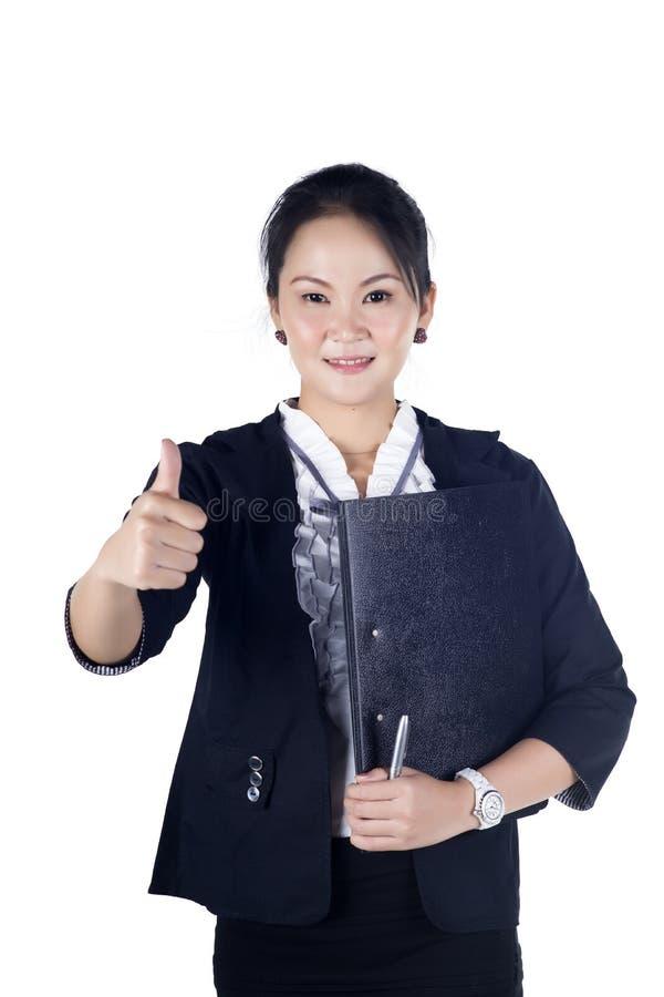 Успешная женщина дела показывая большие пальцы руки поднимает знак, держа черноту стоковое фото