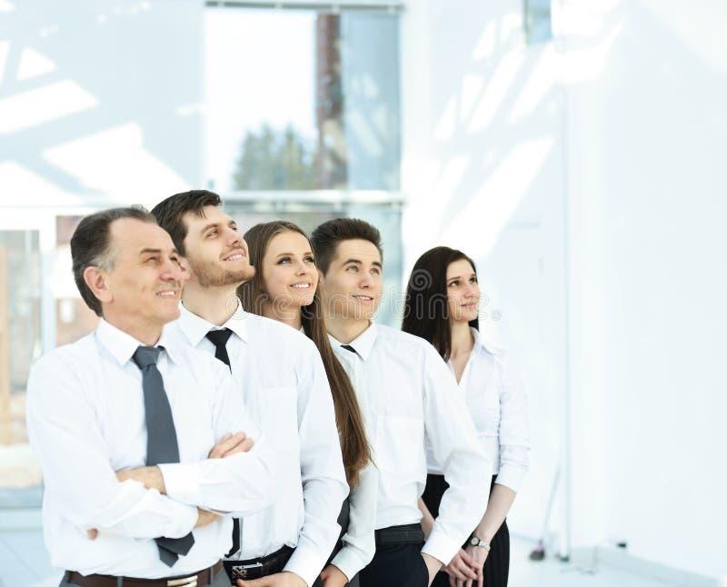 Успешная команда дела на предпосылке яркое, современное offic стоковые фото