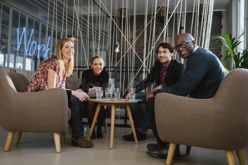 Успешная команда дела совместно в лобби офиса стоковое изображение