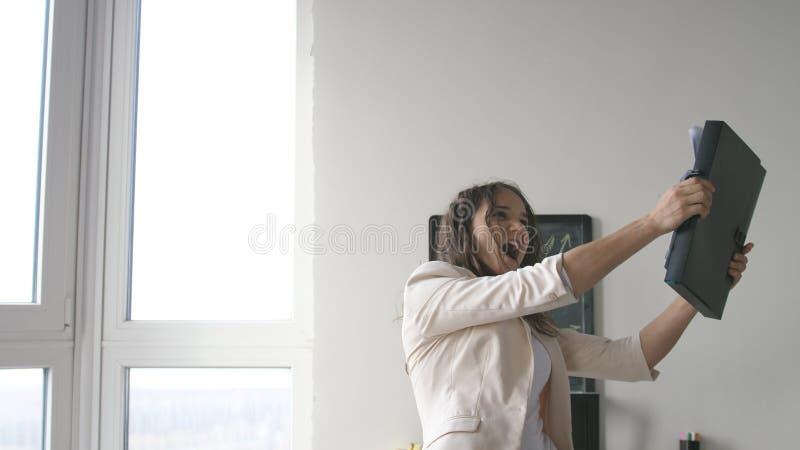 Успешная коммерсантка в танцах и петь костюма песню в деловом центре стоковые изображения rf