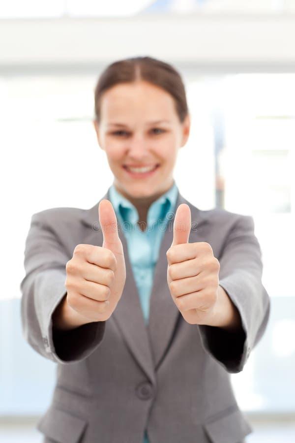 Успешная коммерсантка делая большие пальцы руки вверх стоковые изображения