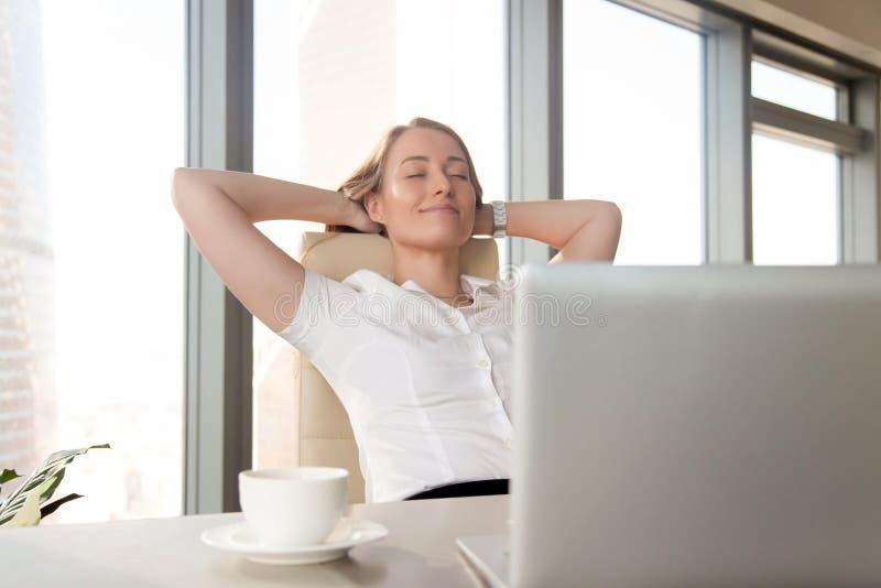 Успешная коммерсантка принимает мельчайший перерыв на чашку кофе стоковые фотографии rf