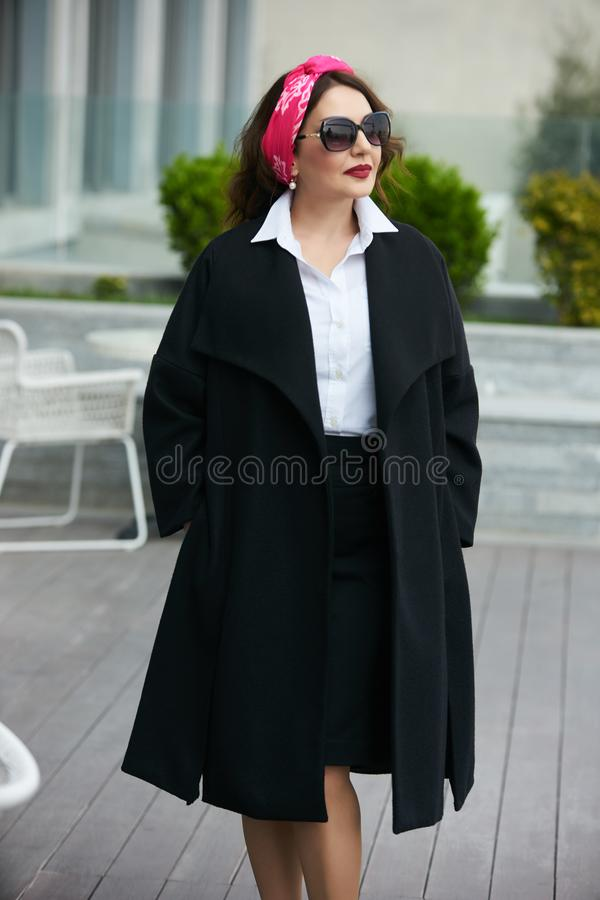 Успешная рубашка носки бизнес-леди ультрамодная белая и черная юбка стоковое изображение rf