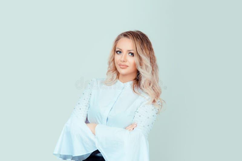 Успешная уверенно женщина в официально рубашке стоковые фото