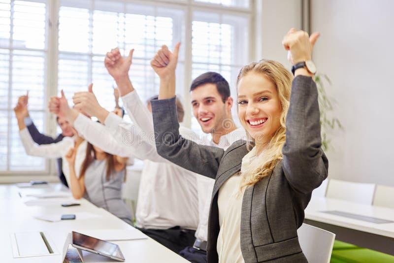 Успешные бизнесмены держа thumbgs вверх стоковое фото rf