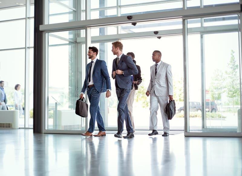 Успешные бизнесмены на пути в здании стоковые изображения
