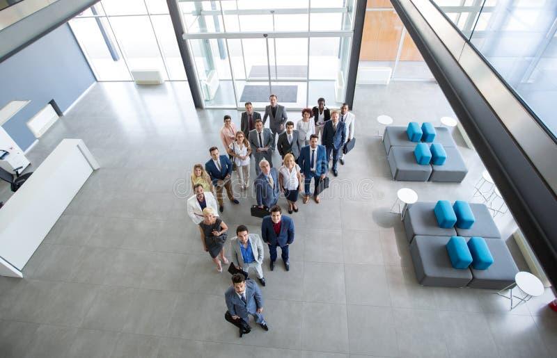 Успешные бизнесмены улыбки и смотреть вверх стоковое фото rf