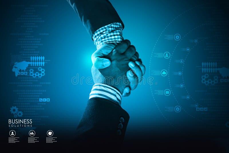 Успешные бизнесмены handshaking стоковые изображения rf