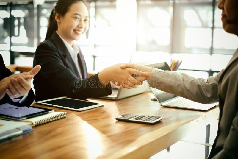 успешные бизнес-партнеры пожимают руки после завершения сделки в офисе, успешного соглашения и концепции стратегии стоковые изображения