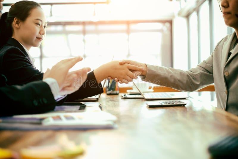 успешные бизнес-партнеры пожимают руки после завершения сделки в офисе, успешного соглашения и концепции стратегии стоковая фотография