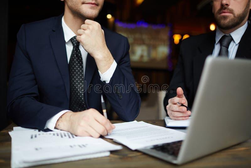 Успешные деловые партнеры в встрече стоковая фотография rf