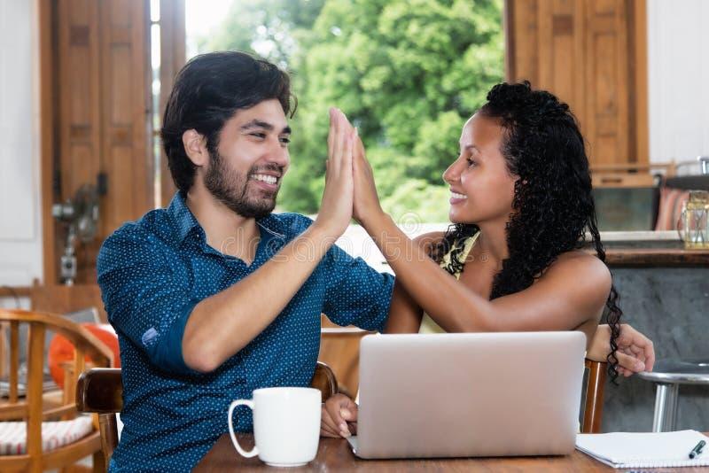 Успешные латино-американские пары дают максимум 5 стоковые изображения