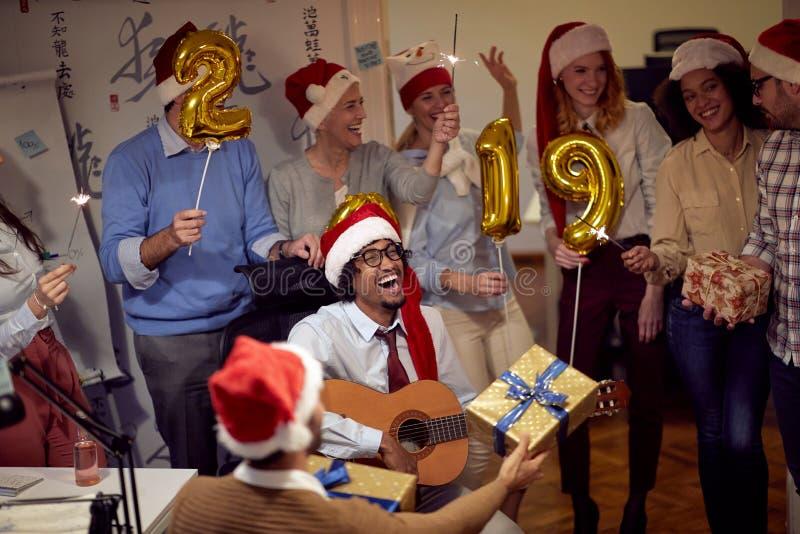Успешные люди бизнес-группы в шляпе Санта на партии Xmas стоковые фотографии rf