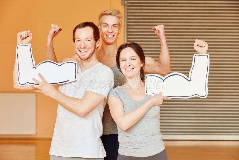Успешные друзья показывая мышцы стоковое изображение rf