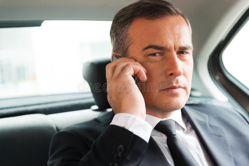 Успешный бизнесмен в автомобиле стоковая фотография