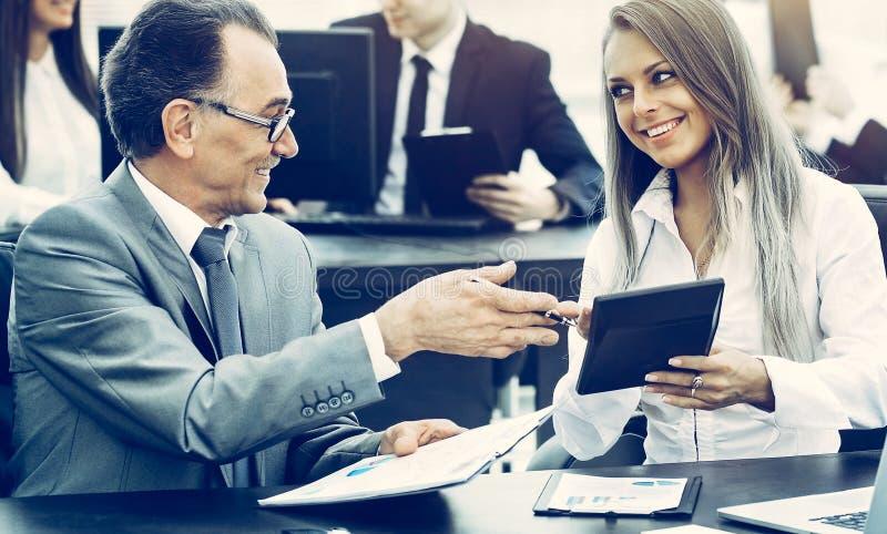 Успешный бизнесмен и его ассистент обсудить работу стоковое изображение rf