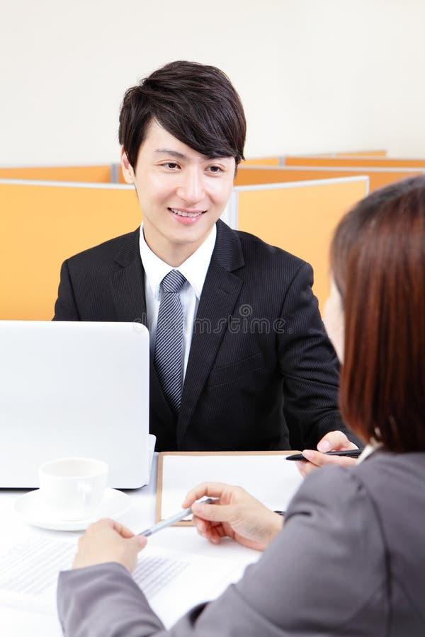 Успешный бизнесмен на интервью тряся руки стоковые изображения rf