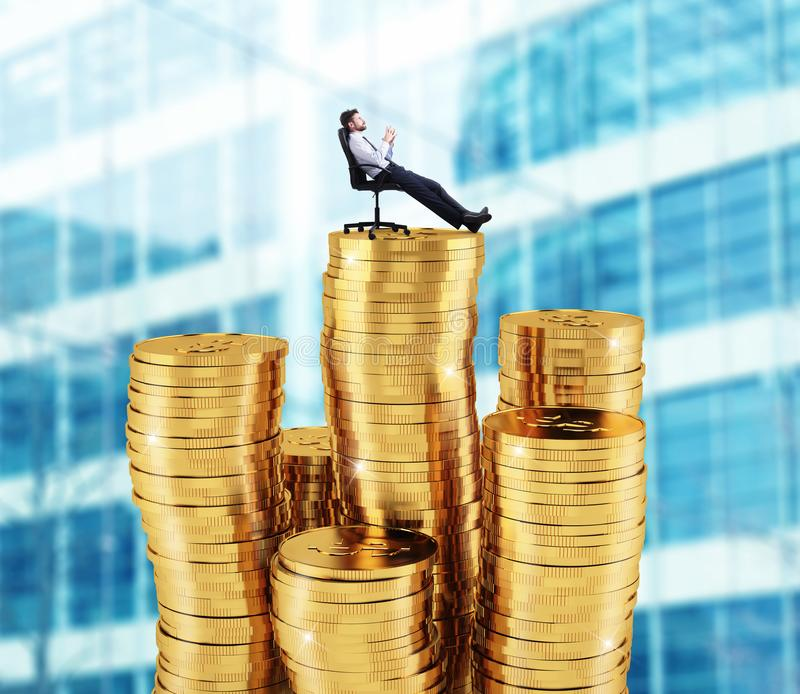 Успешный бизнесмен ослабляя над кучами денег Концепция роста успеха и компании стоковые изображения