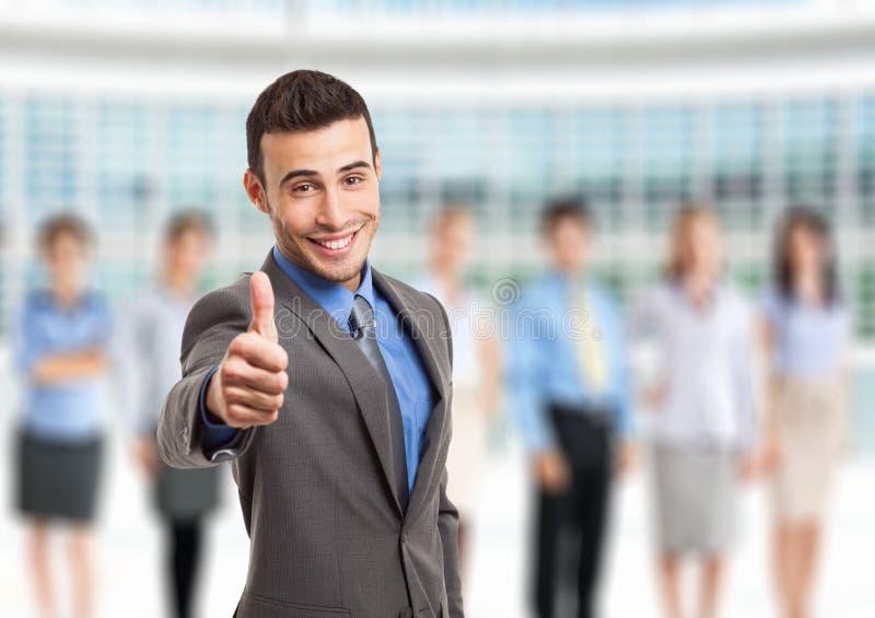 Успешный бизнесмен перед его командой стоковые изображения rf