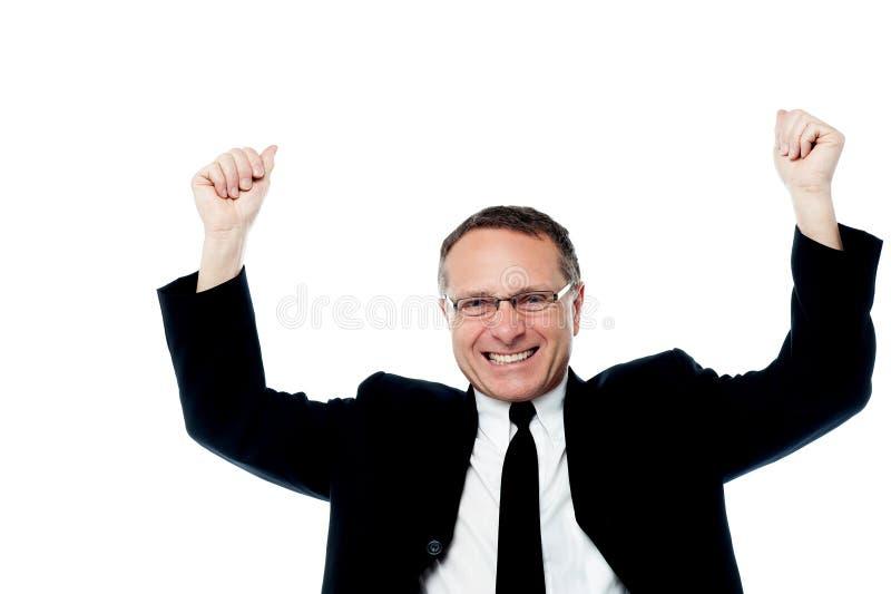 Успешный бизнесмен поднимая его оружия стоковые фотографии rf