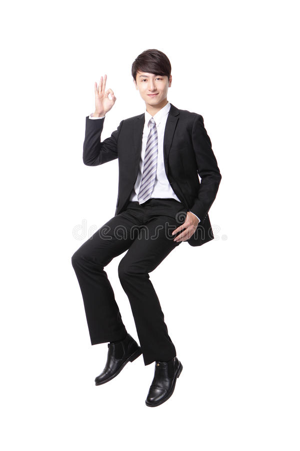 Успешный бизнесмен сидя на что-то стоковые изображения rf