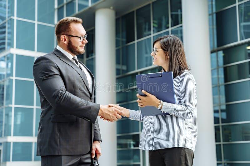 Успешный бизнесмен Современный образ жизни дела Деловые партнеры рукопожатия стоковые изображения rf