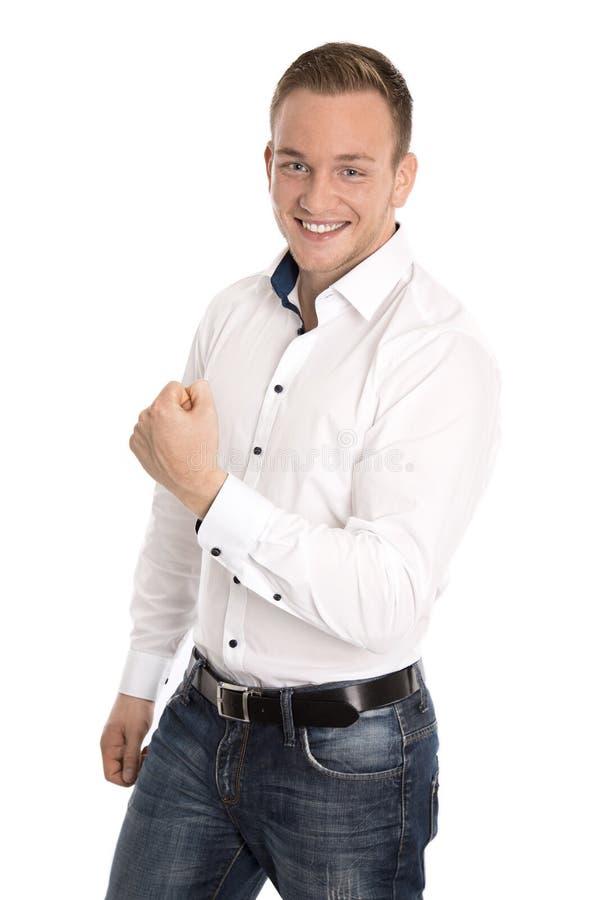Успешный веселя изолированный молодой белокурый человек делая кулак показывать стоковое фото