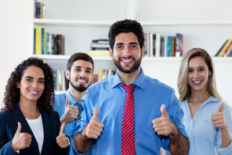 Успешный латинский бизнесмен хипстера с группой в составе люди и коммерсантки стоковое фото rf