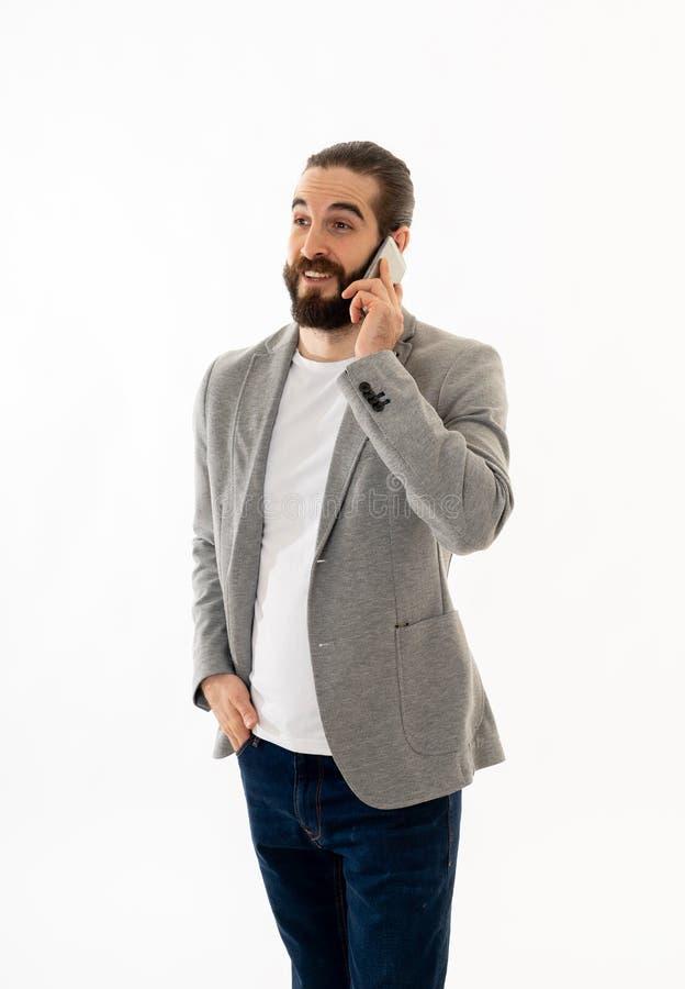 Успешный молодой бизнесмен говоря по телефону r стоковые изображения