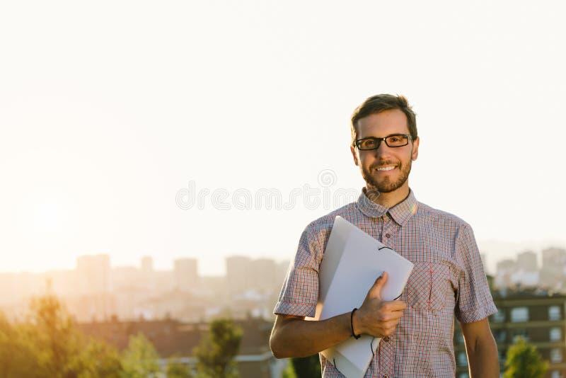 Успешный профессиональный человек снаружи стоковая фотография