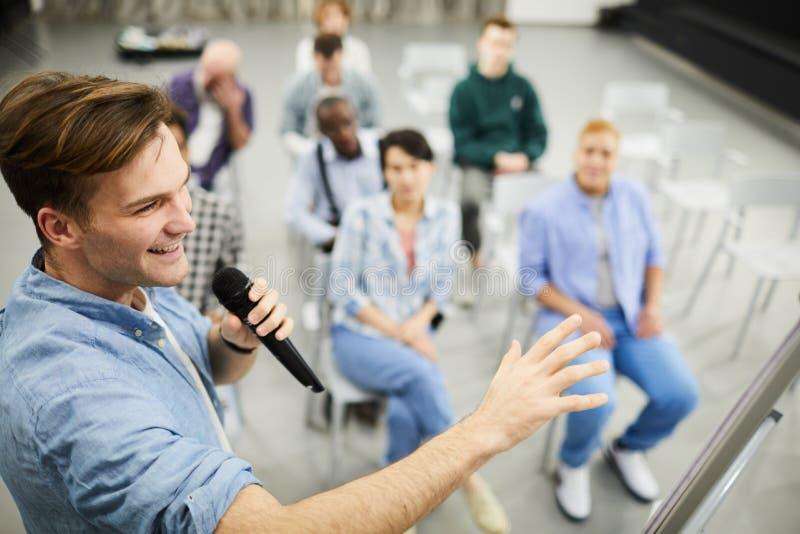 Успешный тренер дела представляя стратегию продаж стоковое фото rf