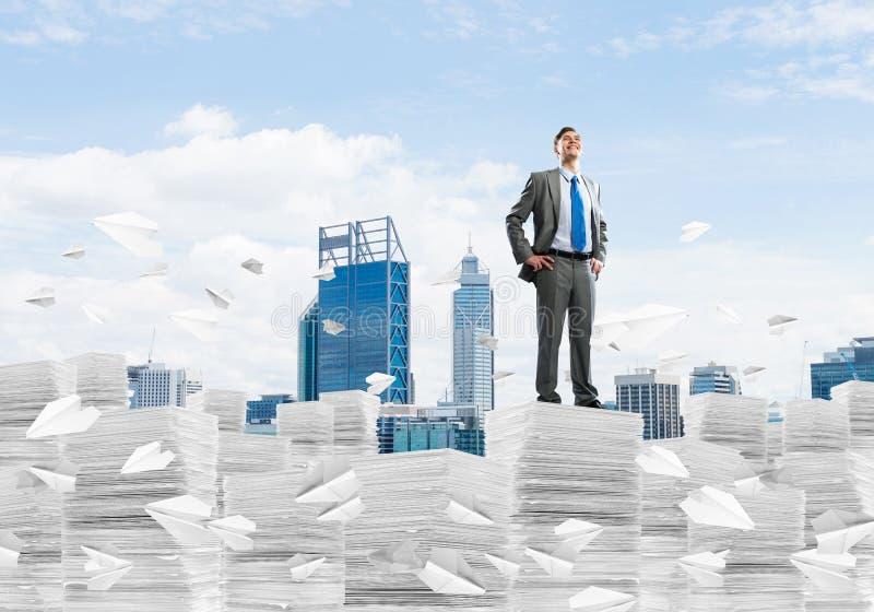 Успешный уверенный бизнесмен в костюме стоковые фото