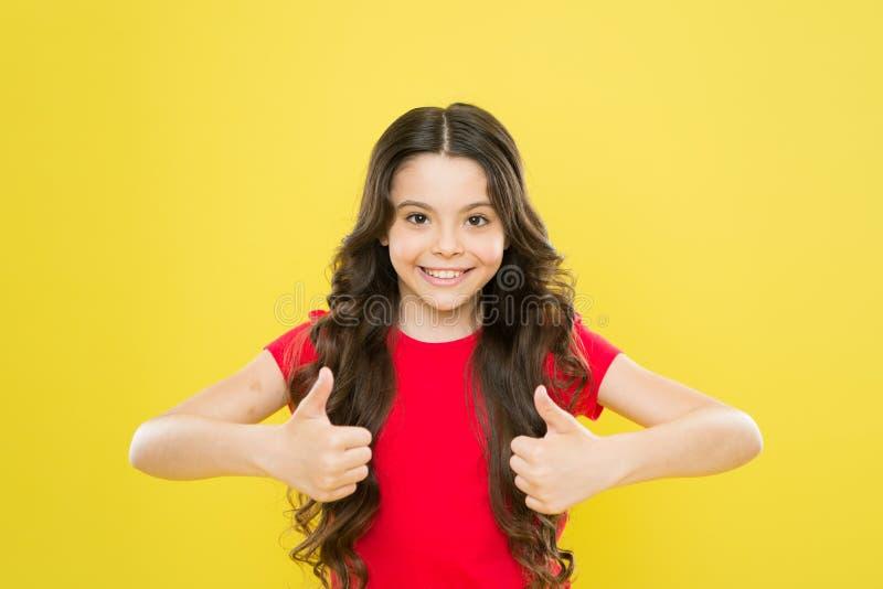 успешный усмехаться маленькой девочки t ребенок хипстера салон парикмахера Skincare ? стоковое изображение