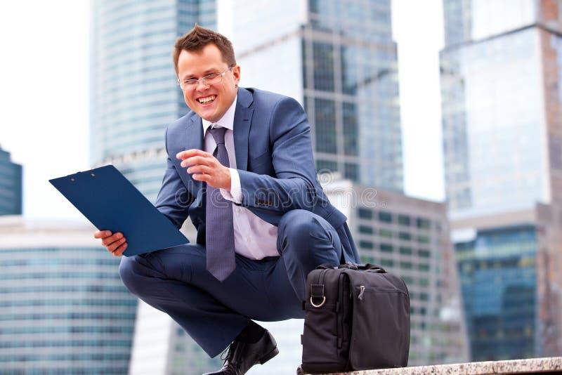 Успешный усмехаясь бизнесмен стоковые изображения