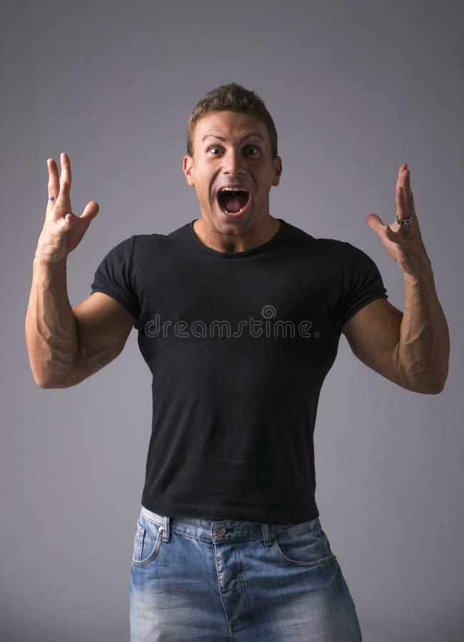 Успешный удивленный человек крича для утехи стоковая фотография rf