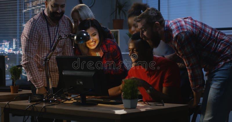 Успешный человек празднуя с сотрудниками стоковая фотография