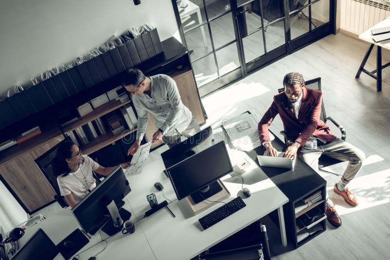 3 успешных бизнесмена работая на проекте совместно стоковая фотография