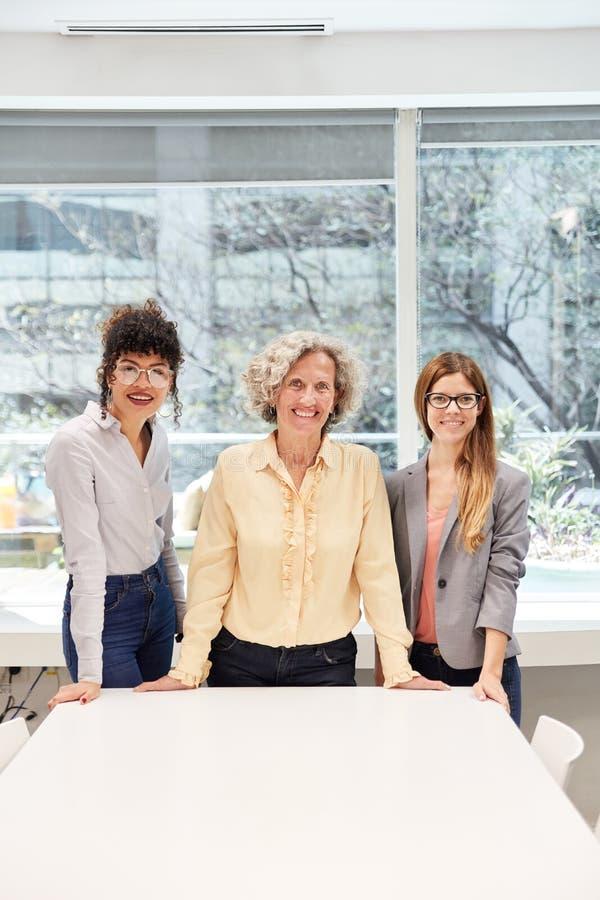 3 успешных бизнес-леди и стажера стоковые изображения
