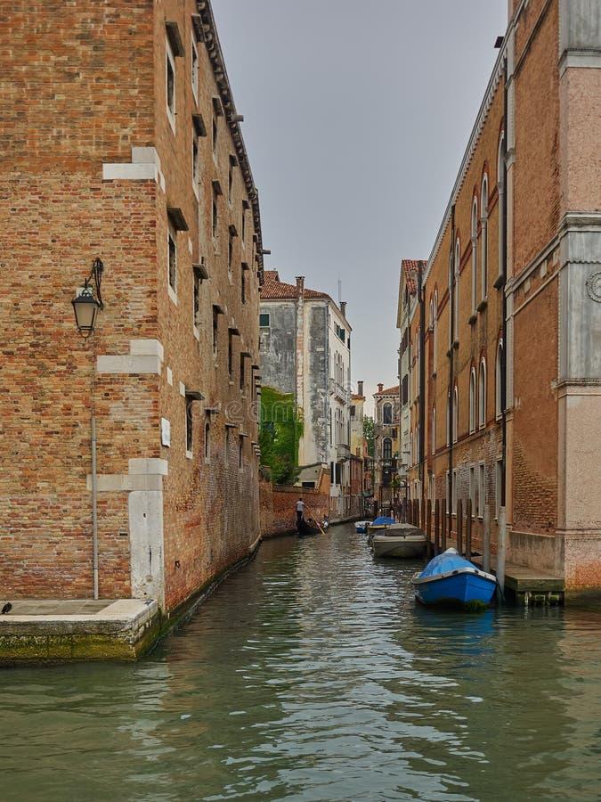 Успокойте задний канал с причаленными шлюпками, Венецию, Италию стоковое фото