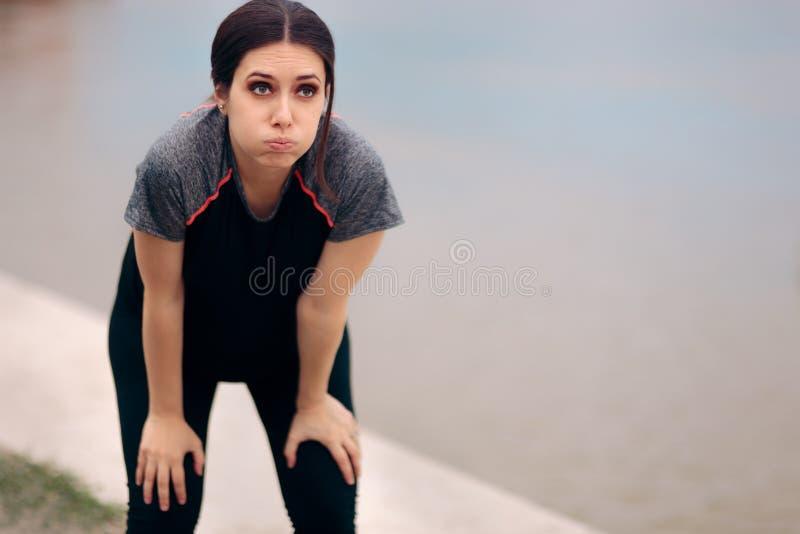 Уставшая беременная женщина принимая перерыв после Jogging стоковая фотография
