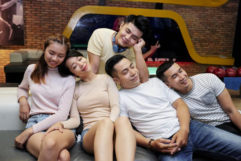Уставшие друзья после игры bolwing стоковое изображение rf